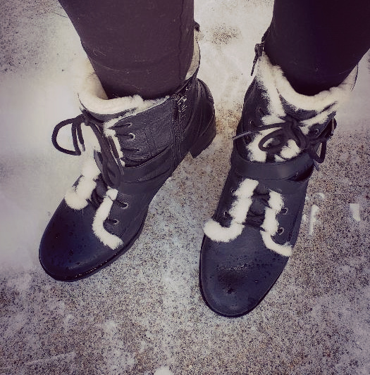 Vintage style in winter: lace up boots with heel